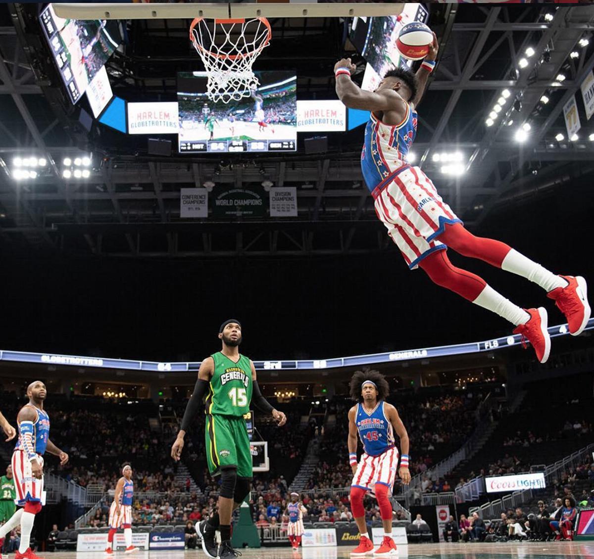 Harlem Globetrotters basketball dunk arena